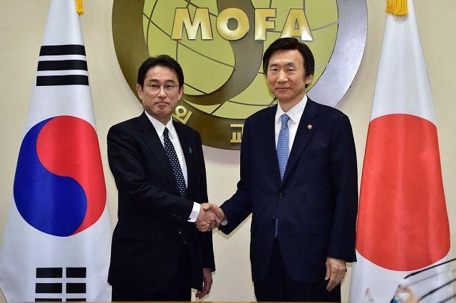 日韓合意後の記者会見の様子